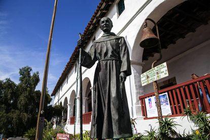 La estatua de San Junípero Serra en la Misión de Santa Bárbara, California.