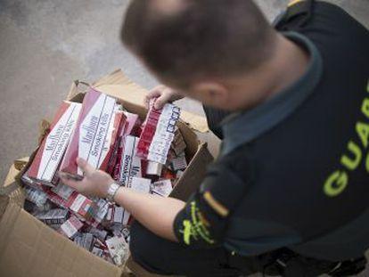 Los minoristas del tabaco de contrabando perfeccionan el fraude ante el aumento de clausuras de establecimientos