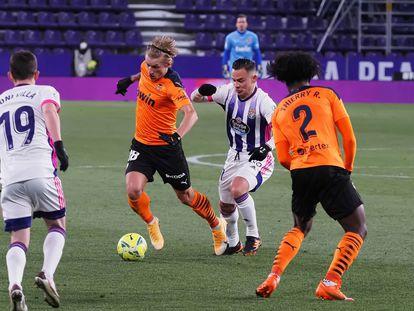 Daniel Wass y Roque Mesa pugnan por un balón en el estadio José Zorrilla.