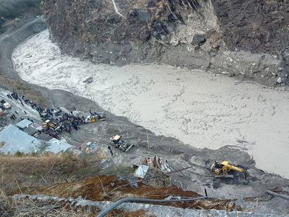 Operación de rescate cerca de la central de Dhauliganga tras la avalancha, este domingo en la aldea de Reni, en la India.
