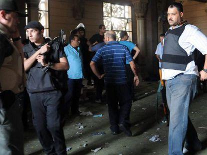 Fuerzas de seguridad egipcias en la mezquita de Al Fatah en El Cairo.