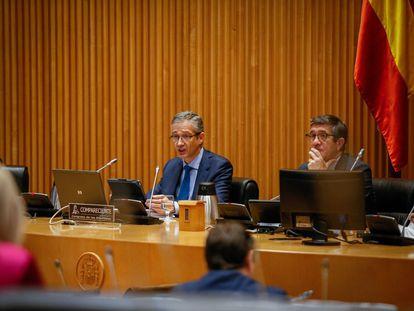A la izquierda, el gobernador del Banco de España, Pablo Hernández de Cos, comparece ante la Comisión para la Reconstrucción, sentado junto a su presidente, Patxi López.