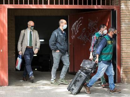 Miembros de la Guardia Civil preparan el dispositivo frente a la casa del exsubdelegado del Gobierno en Valencia, Rafael Rubio, tras el registro efectuado en su domicilio el pasado jueves.