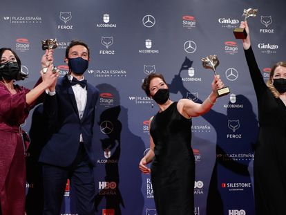 Desde la izquierda, los productores de 'Las niñas', Lara Pérez Camiña, Alex Lafuente y Valérie Delpierre, y su directora y guionista, Pilar Palomero, con sus premios Feroz.