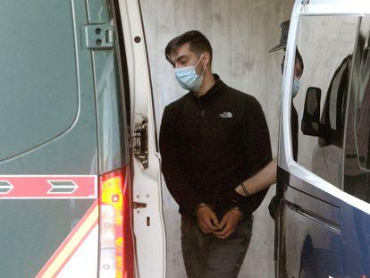 El detenido es trasladado a un furgón de la Guardia Civil en los juzgados de A Coruña, este miércoles.