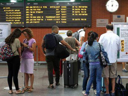 Usuarios de la estación de Atocha, en Madrid, afectados por una anterior huelga de Renfe.