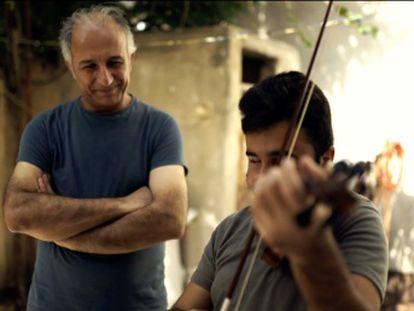 El músico Gani Mirzo traslada toneladas de música de un banco de instrumentos español como símbolo de arraigo y esperanza para los niños (y mayores) de la guerra
