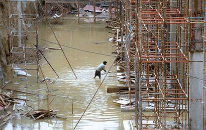 Un obrero trabaja en la construcción de unas instalaciones para los Juegos de la Commonwealth que se iniciarán en Nueva Delhi en nueve días.