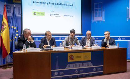 Miguel Lorenzo (PP), José Andrés Torres (PSOE), Eduardo Maura (Podemos), Félix Álvarez (Ciudadanos) y el escritor Lorenzo Silva (de izquierda a derecha), en la mesa redonda sobre propiedad intelectual.