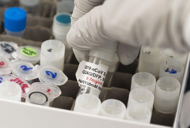 Un vial con una vacuna potencial contra el coronavirus en los laboratorios de Novavax en Rockville, Maryland (EE UU), en marzo.