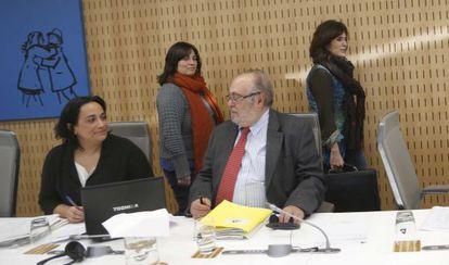 La diputada de Hacienda de Gipuzkoa, Helena Franco, de pie a la derecha, antes de comenzar la Comisión de Hacienda en las Juntas. En primer término, los socialistas Rafaela Romero y Julio Astudillo.