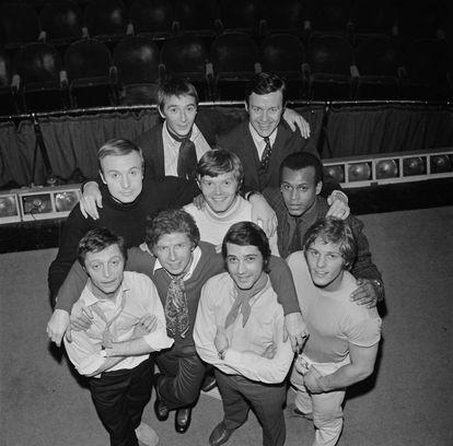 El reparto original de la obra de teatro 'Los chicos de la banda' en Londres en 1969: Tom Aldredge, Frederick Combs, Leonard Frey, Reuben Greene, Robert La Tourneaux, Laurance Luckinbill, Kenneth Nelson, Keith Prentice y Peter White.