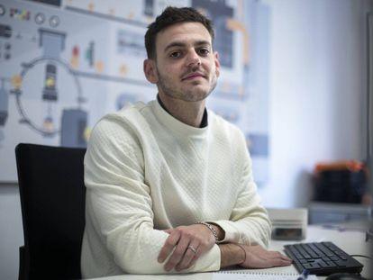 Elías Martinez, superviviente de leucemia, en la Fundación Josep Carreras.