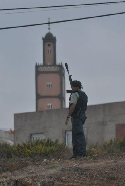 Un agente controla los accesos a la barriada, cerca de la mezquita La Caracola, en Ceuta.