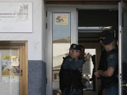 Guardias civiles, durante el registro del Ayuntamiento de Valdemoro en octubre de 2014.