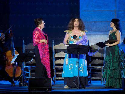 Las cantantes Carmen Linares (izquierda), Marivi Blasco (derecha) y la tunecina, Ghalia Benali, durante su actuación en el Alcázar de Sevilla.