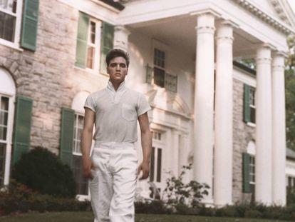 Elvis Presley, ante el pórtico de la fachada neoclásica de Graceland.  