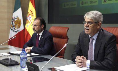 Los ministros de Exteriores de España, Alfonso Dastis, a la derecha, y  México, Luis Videgaray, durante su rueda de prensa en Madrid.