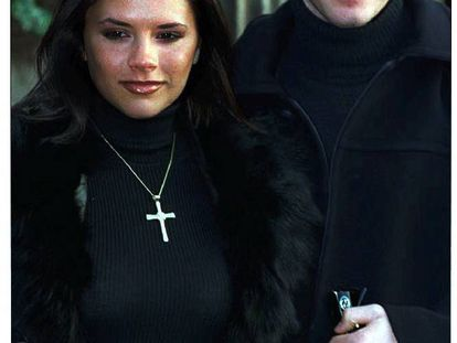 El 24 de enero de 1998, Victoria Adams y David Beckham anunciaban su compromiso. La pareja se había conocido un año antes después de que la cantante de las Spice Girls acudiera a ver un partido del Manchester United.
