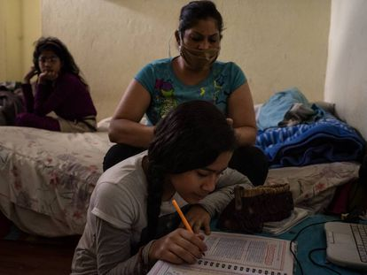 Dayanira Blanco y su hija Sara hacen las tareas que su maestra le envía semanalmente por WhatsApp.