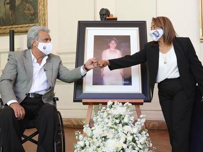 El presidente de Ecuador, Lenín Moreno, junto a Petita Albarracín, madre de Paola Guzmán, víctima de violencia sexual.