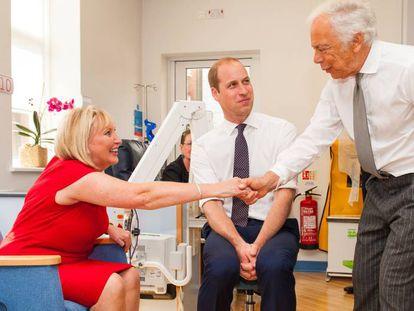 Guillermo de Inglaterra y Ralph Lauren, en un centro de investigación del cáncer de mama en Londres.