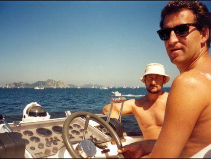 Feijóo con el contrabandista Dorado, a bordo de la embarcación de este, en la ría de Vigo en el verano de 1995.
