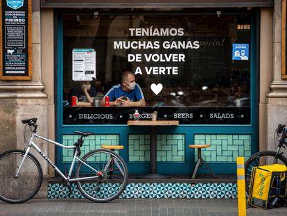 Dos turistas en el interior de un bar de Barcelona durante el primer día sin toque de queda.