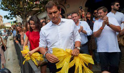 Albert Rivera e Inés Arrimadas, retiran lazos amarillos durante el recorrido que hicieron junto a cargos y afiliados del partido por la localidad barcelonesa de Alella.
