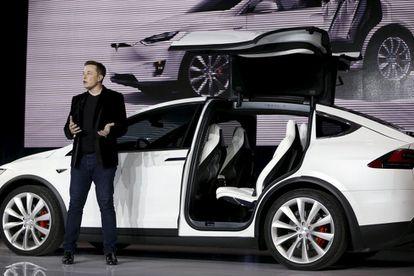 Elon Musk con el coche eléctrico Model X en versión deportiva