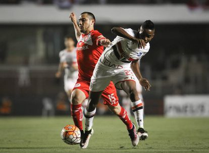 Antonio Ríos, centrocampista de Toluca no detuvo el embate del São Paulo.
