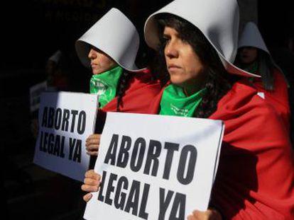 Cada minuto y medio una mujer interrumpe su embarazo en Argentina, pese a ser un delito penado con hasta cuatro años. El Senado debate esta semana su legalización