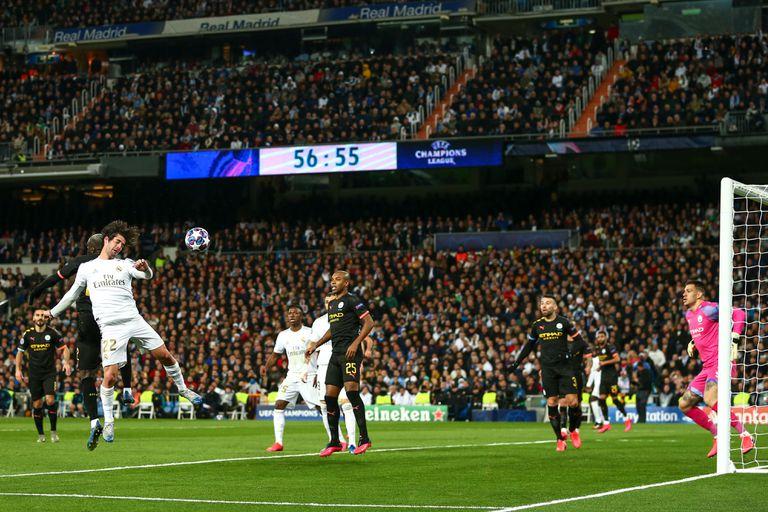 Isco, golpea de cabeza en el partido de ida de la Champions del Real Madrid contra el Manchester City.