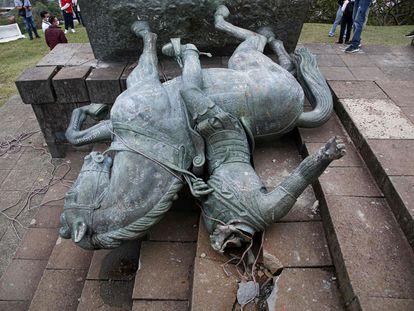 La estatua caída de Sebastián de Belalcázar en Popayán, Colombia.