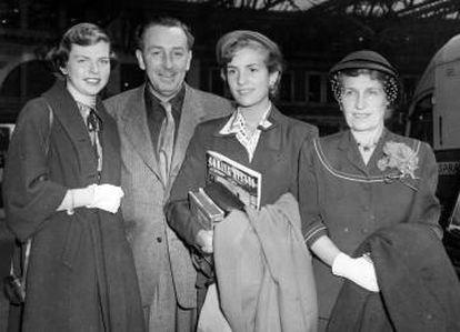 Disney, junto a su mujer, Lillian, y sus dos hijas, Diana y Sharon. La actitud de ellas tras la muerte de Walt dejó a este helado.
