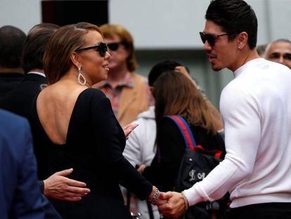Mariah Carey y su novio, el bailarín Bryan Tanaka, acuden de la mano a la ceremonia para imponer las huellas de la cantante en el Paseo de la Fama, la semana pasada en Los Ángeles.