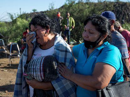 Los familiares de los mineros hallados sin vida esperan a las puertas de la mina en Coahuila.