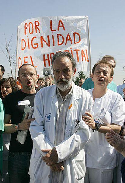 Luis Montes, en la protesta de ayer ante el hospital Severo Ochoa.