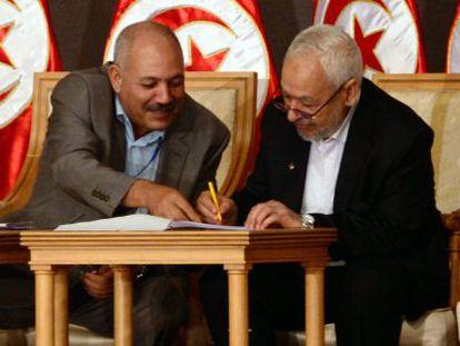 El líder islamista tunecino, Rachid Ghanuchi, firma el sábado el acuerdo con los demás partidos.