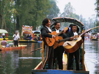 Mariachis tocando a bordo de la trajinera en los canales de Xochimilco en Ciudad de México, en una foto de archivo