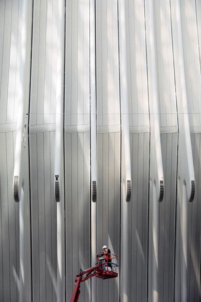 Un operario trabaja en la obras de construcción del futuro espacio CaixaForum Valencia.
