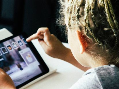 Una niña busca un 'app' en su tableta.