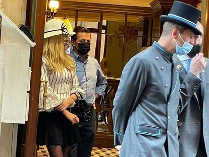 El ex presidente de México, Enrique Peña Nieto, fue visto saliendo de uno de los hoteles más exclusivos de la capital italiana, acompañado de su actual pareja, Tania Ruiz.
