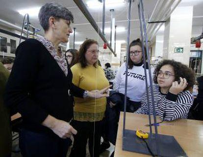 Sira Muñoz, coordinadora de programas internacionales del IES Lluís Vives, con las alumnas.