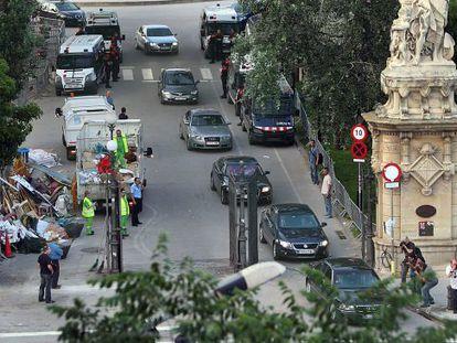 Salida de los coches oficiales con los que el presidente de la Generalitat y diversos diputados abandonaron el Parlament en el cerco de 2011.