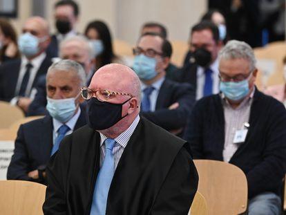 El comisario jubilado José Manuel Villarejo (en el centro) se sienta en el banquillo de los acusados, este miércoles, en la sede de la Audiencia Nacional de San Fernando de Henares (Madrid).