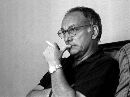 Mario Camus, retratado durante una entrevista en 1993.