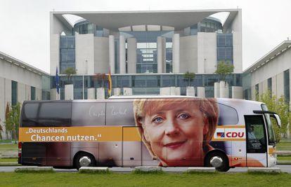 Autobús de campaña de las primeras elecciones de Alemania que ganó Merkel, en 2005. <b>Pulse en la imagen para visitar la fotogalería sobre el legado de la canciller</b>.