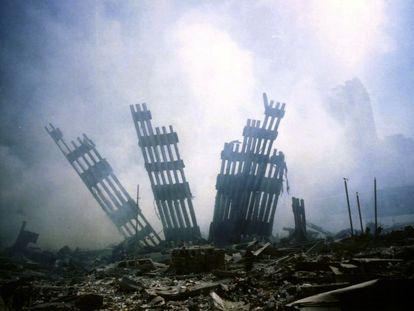 Restos del World Trade Center, en medio de los escombros en Nueva York, el martes 11 de septiembre de 2001.