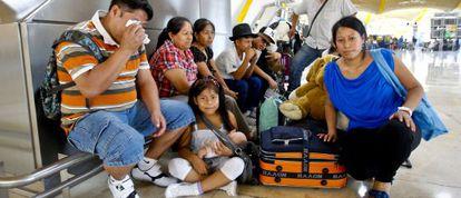 Inmigrantes latinoamericanos en la T-4 en el aeropuerto Adolfo Suárez-Barajas, antes de partir para su país de origen.